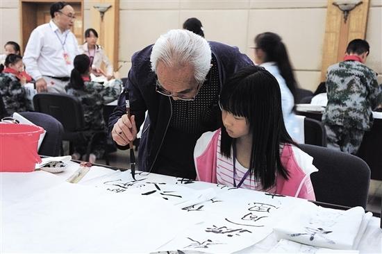 书画指导活动上,书画家现场培训学生(受访者供图)写作初中课英语图片